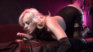 erotische blondine nimmt einen schwanz auf beiden enden