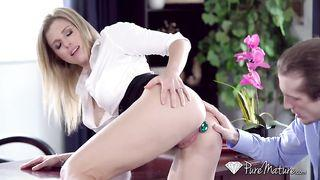 nackt blondine ist über ihr erstes anal  sex  session, mit einem kerl, den sie mag