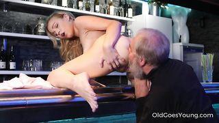 voluptuous blonde milf macht es mit einem jüngeren mann, der sie liebt eine menge