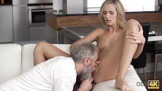 wunderschöne blonde sekretärin trägt nur schwarze strümpfe beim sex mit ihr geilen chef