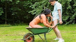 zwei erotische brünette bevorzugt ein außen sex
