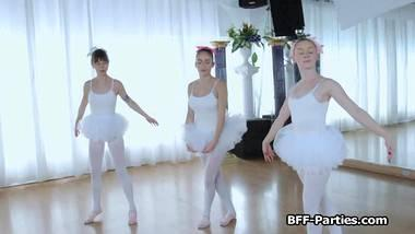 3 junge teen  ballerinas auf 1 großen schwanz