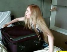 blonde hausfrau mit ihrem freund im schlafzimmer