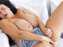 heiss eingeölt jugendlich mag zu zeigen ihre grossen titten auf webcam