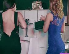 Nette Lesbierin Abigail und Janette protzen mit ihrer erotischen Damenwäsche