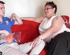Geile reife Frau leckt die Muschi Pornos Gratis -