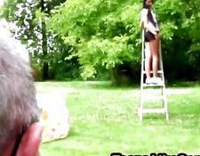 Ungezogenes Mädchen hat ein tropfendes Kätzchen für einen großen Hahn