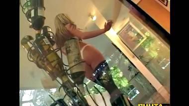 wunderschöne blondine fickt ihre freundin ' s mann in ihrem wohnzimmer, und genießen es sehr viel