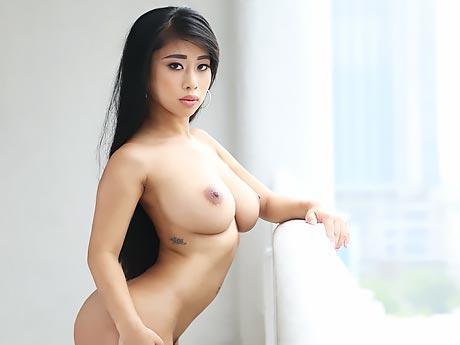 Asiatischen Küken zum ersten Mal bekommt abspritzen